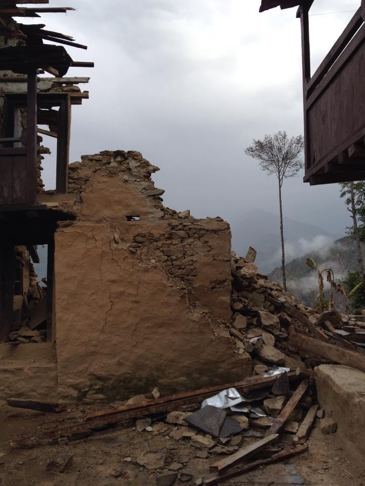 99%の建物が一部損壊または全壊したドルカ村の様子
